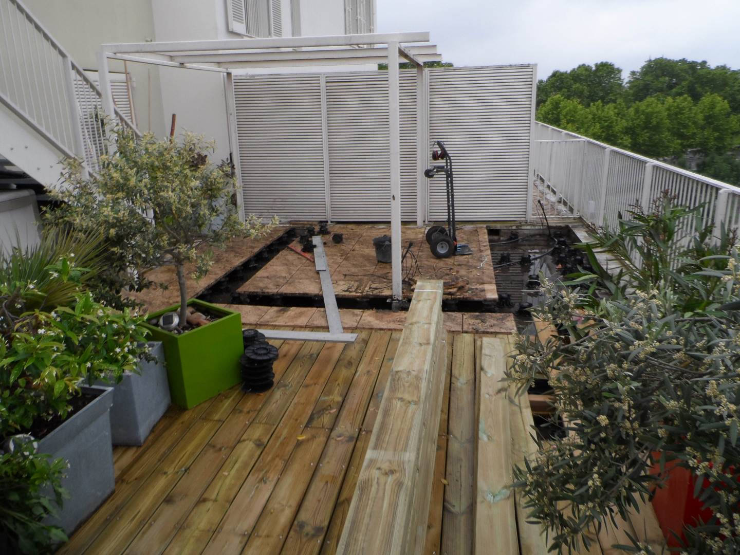 Finition de la terrasse en pin